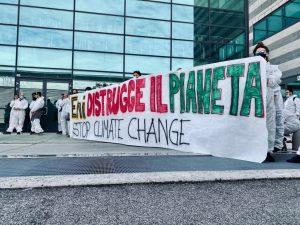 «ENI distrugge il pianeta». La risposta alla narrazione distorta di industriali e sindacati dopo l'occupazione della Bioraffineria di Porto Marghera