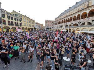 «Libereremo Padova da ogni cultura omofoba e reazionaria!» Un migliaio di persone a fianco di Mattias e Marlon