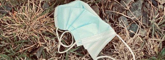 Mascherine e guanti monouso per la COVID: il costo ecologico